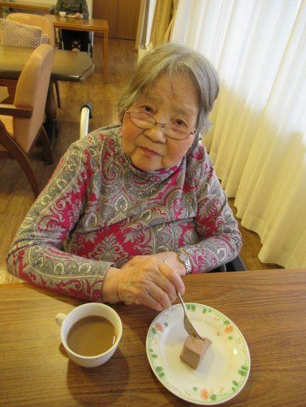 柚子ショコラチーズケーキを召し上がるゲスト2.jpg