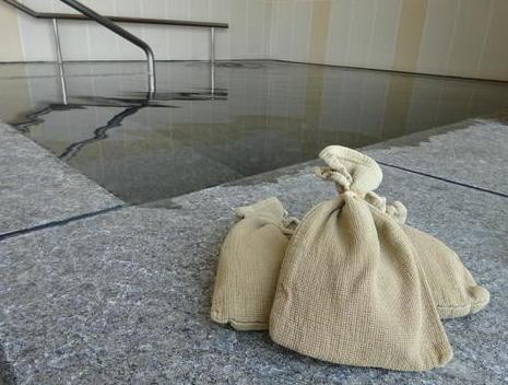 入浴剤と湯船.JPG